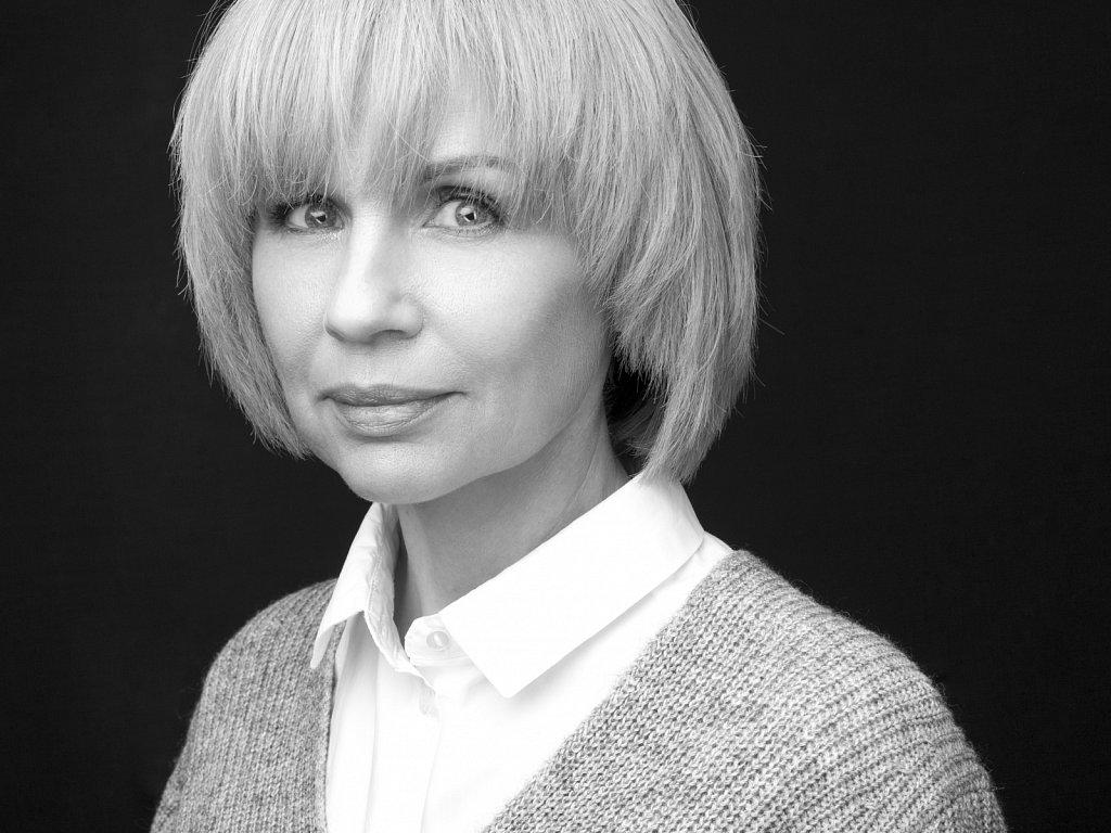 Черно-белый женский портрет в стиле хедшот (headshot)